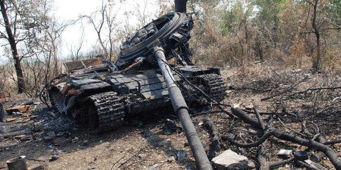 The Telegraph: репортаж с Украины - сожжённые танки и БТР на ничьей земле