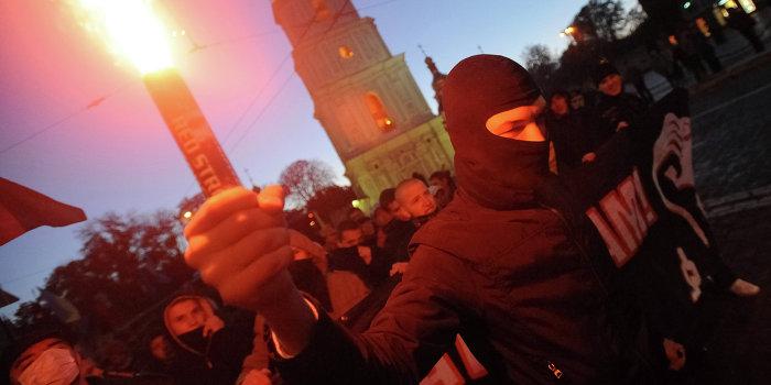Во Львове сотни украинских нацистов «кричали и зигали, бросали файера»