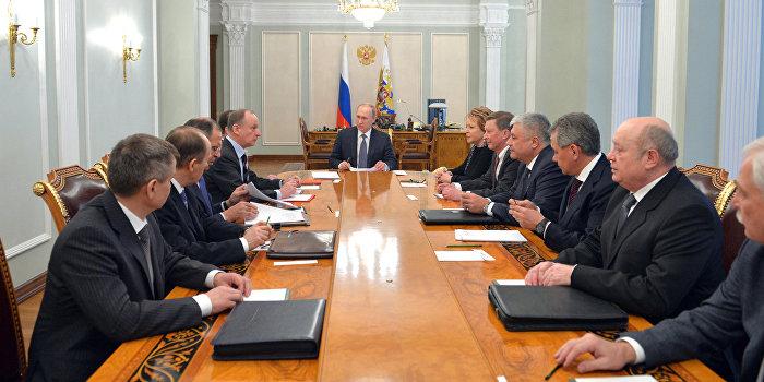 Путин обсудил с Совбезом России отвод вооружений в Донбассе