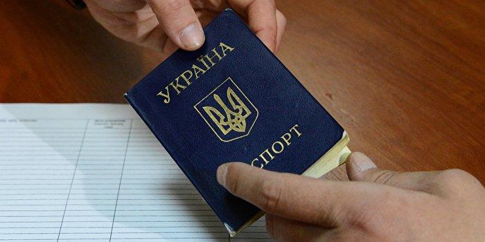 Паспорта украинцев заменят на пластиковые карточки