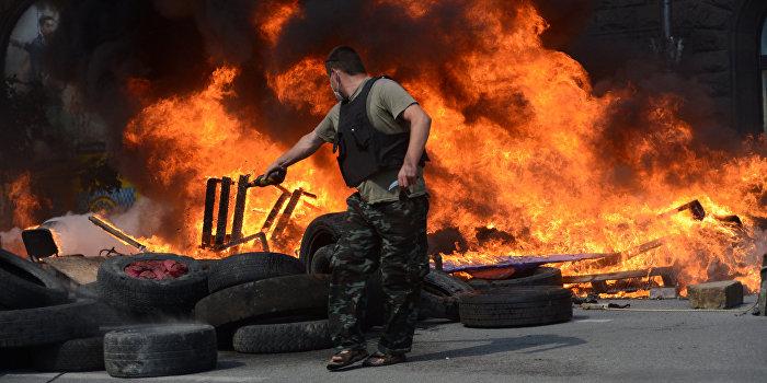В Киеве у стен Кабинета министров подожгли шины
