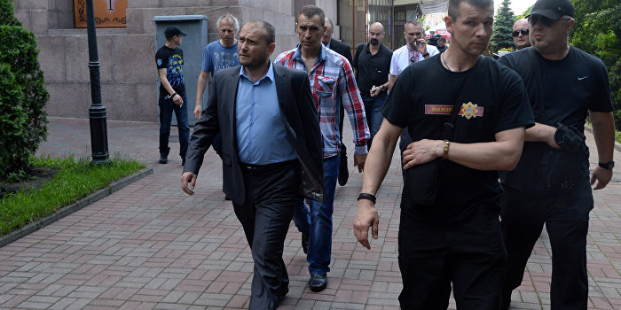«Правый сектор» уничтожил тираж киевской газеты «Вести»