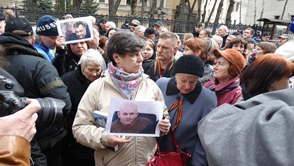 Импровизированный мемориал Олесю Бузине появился у посольства Украины