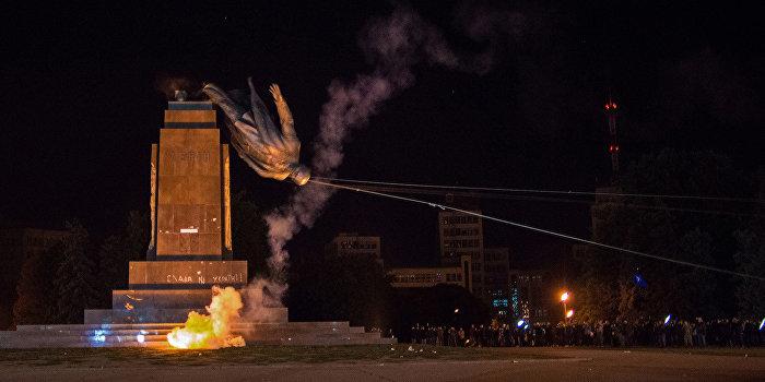 Вандалы в Харькове снесли еще два памятника Ленину