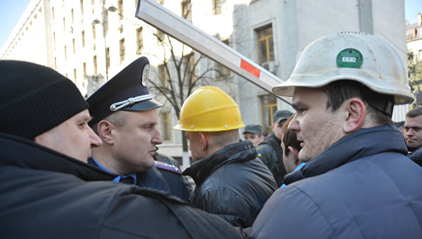Протестующие шахтеры взяли в осаду администрацию Порошенко