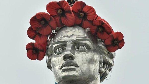 «Родину-мать» в Киеве украсили маковым венком