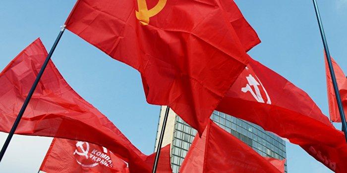 Жители Николаева со знаменем Победы прорвали кордон оцепления в центре города