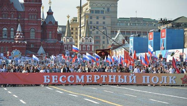 Путин с портретом отца возглавил шествие «Бессмертного полка»