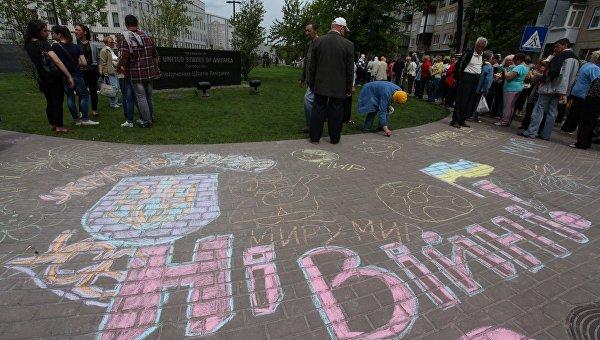 Пикетчики нарисовали голубей по периметру посольства США в Киеве