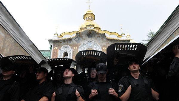 Манна и граммофон от Порошенко: что изменилось за год?