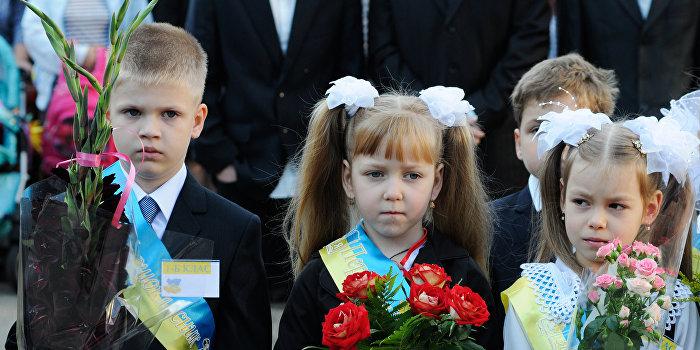 СМИ: школьникам в Киеве выдали справочники, где Крым не регион Украины