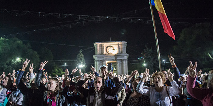 Митингующие пикетируют резиденцию президента Молдавии