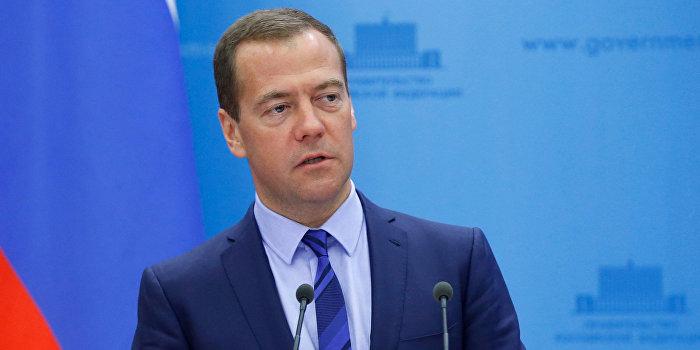 Медведев зовет украинцев работать в Россию