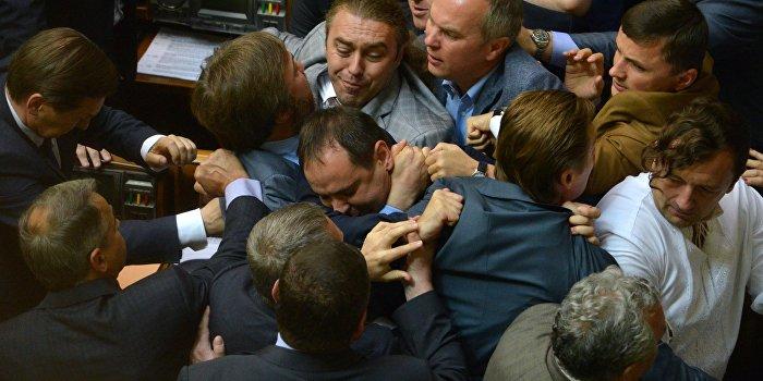 DW: Украинские депутаты ударили бутылкой по евроинтеграции