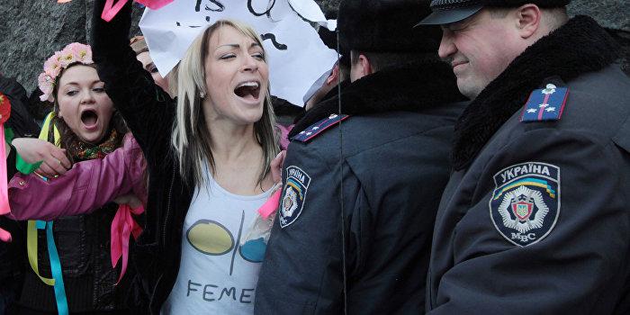 Кличко на избирательном участке встретили активистки FEMEN