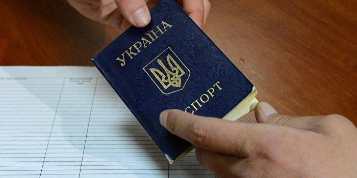 Русский язык в украинских паспортах сменят на английский «из патриотизма»