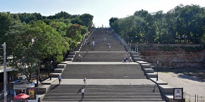 Потемкинскую лестницу в Одессе накрыли огромным баннером «За порто-франко»