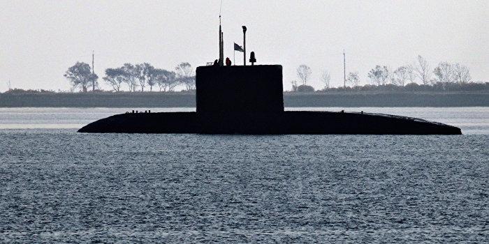 Турецкая подлодка встретила российский корабль в Дарданеллах