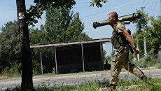 В Санкт-Петербурге у вокзала задержали мужчину в украинской форме с гранатометом