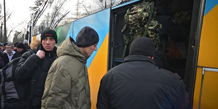 Родственники заблокировали автобус с призывниками у военкомата Волынской области