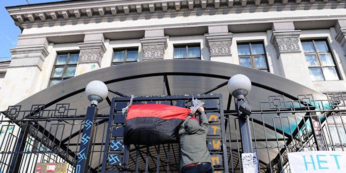Толпа атаковала российское посольство в Киеве