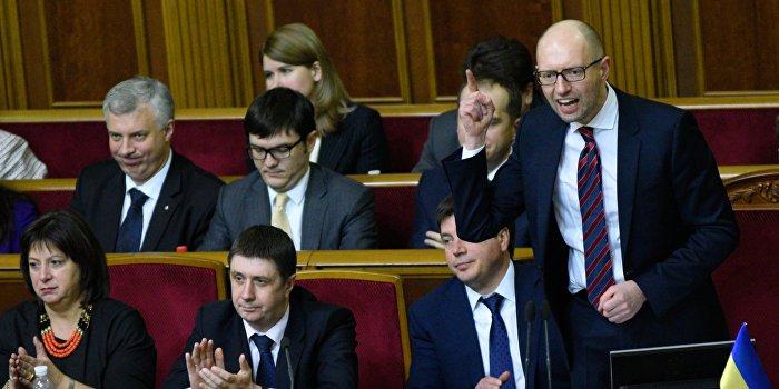 Яценюк требует законодательно запретить мешать ему работать