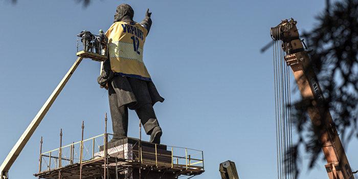 В Запорожье демонтируют самый большой памятник Ленину на Украине