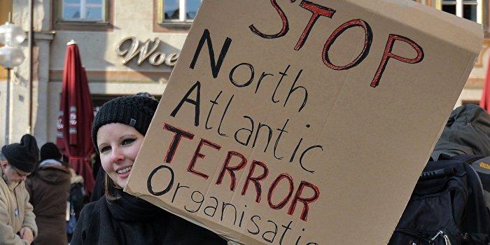 В Сербии тысячи людей вышли на митинг против НАТО