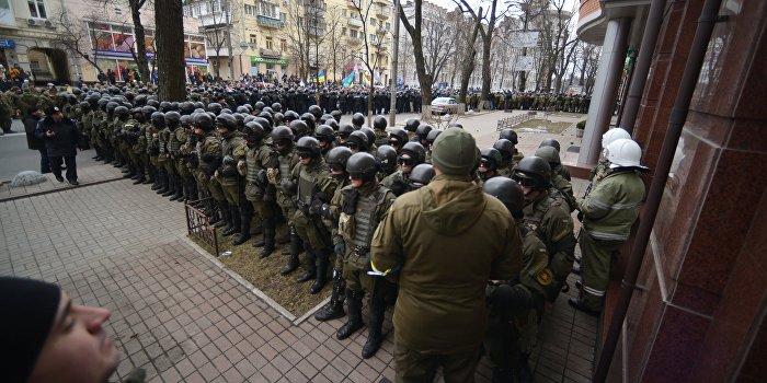 Сотни киевлян штурмуют здание банка «Хрещатик»