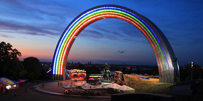 Ультраправые в Киеве заблокировали покраску арки «Дружбы народов» в ЛГБТ-цвета