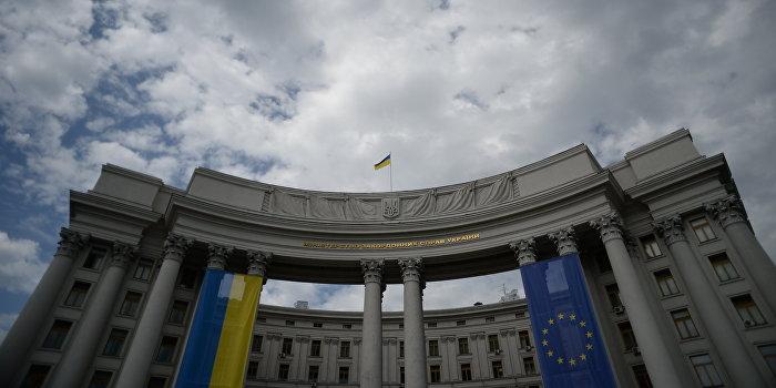 Глава управления МИД Украины зарабатывает меньше московского дворника