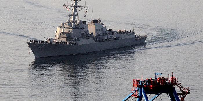 Американский эсминец чуть не столкнулся с боевым кораблем РФ