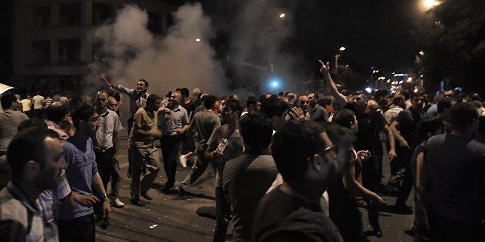 В результате столкновения демонстрантов и полицейских в Ереване пострадал 51 человек