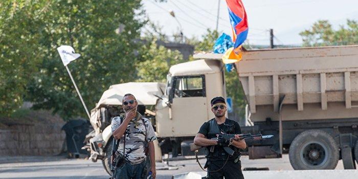 В Ереване радикалы сожгли еще один полицейский автомобиль