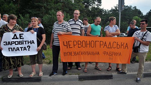Шахтеры перекрыли трассу во Львовской области, требуя погасить долги по зарплате