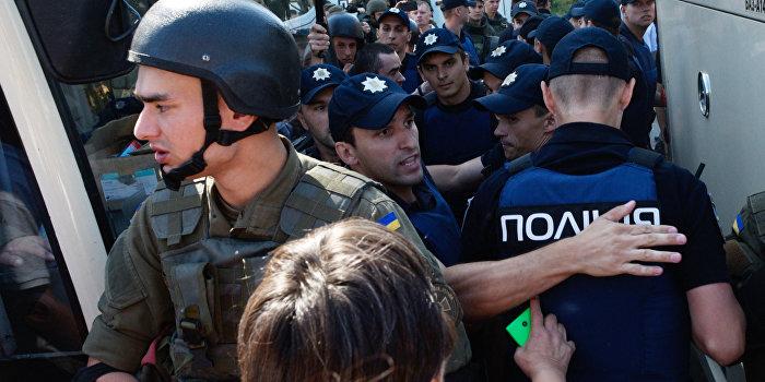 Зеленка и кефир: в Киеве радикалы напали на феминисток