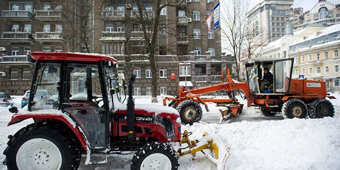 Киев встречает зиму: разбитые дороги и полиция на летней резине