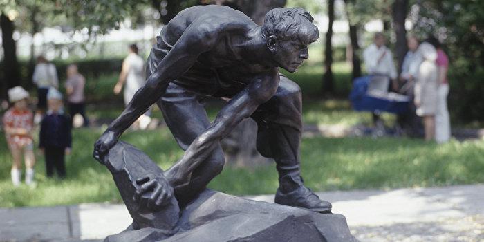 В Киеве снесли памятник рабочему
