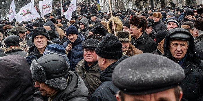 Крещатик заблокирован: Сотни ветеранов МВД требуют пенсии как у полиции