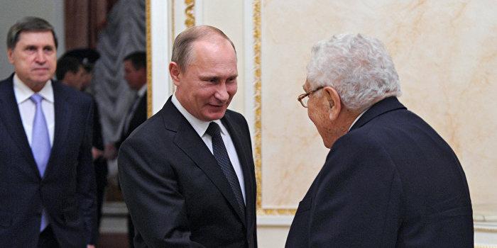 Кремль приветствует возможное участие Киссинджера в налаживании отношений РФ и США