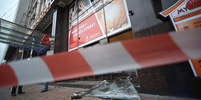 Радикалы напали на офис Ахметова и отделения «Альфа-банка» в Киеве