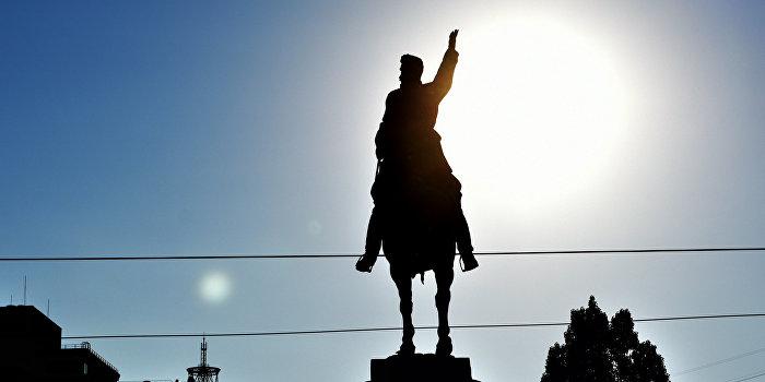 Неизвестные украли часть памятника Щорсу в Киеве