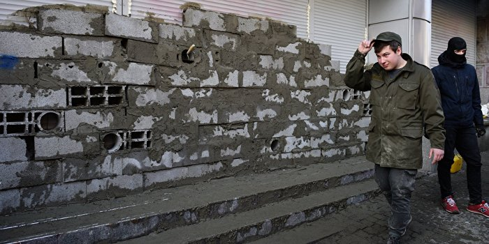 Радикалы заблокировали отделение Сбербанка в Харькове