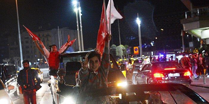 В Турции проходит многотысячный митинг против результатов референдума