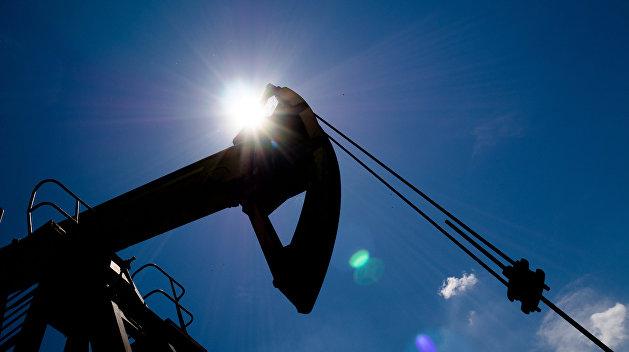 Цены на нефть снижаются после скачка на данных о сокращении добычи в США
