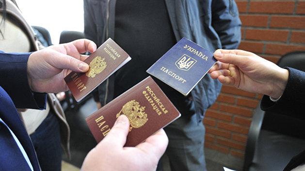 Орел вместо трезубца: в 2016 году украинцы получили рекордное количество паспортов РФ - RT