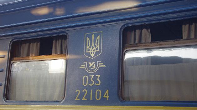 «Вам там зарплата не жмет?»: поезд «Укрзализныци» потерял окно по пути в Мариуполь