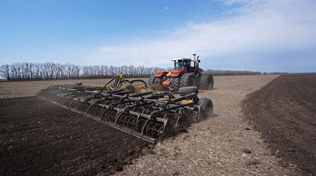 В Харьковской области тракторист случайно наехал на лежащего в траве гражданина Германии