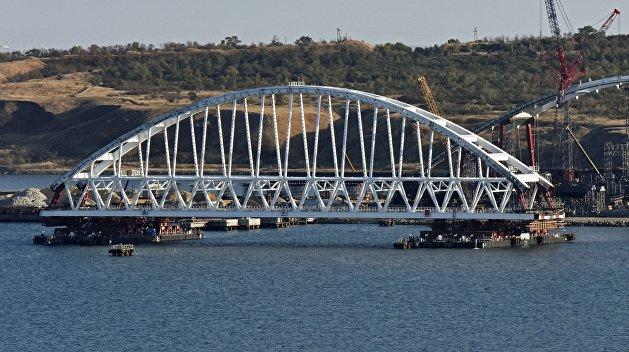 Арка Крымского моста прибыла к фарватерным опорам