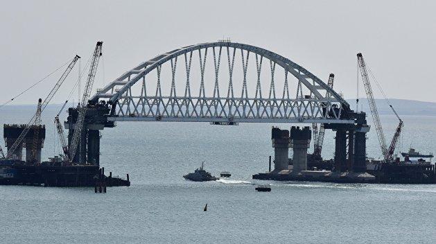 Под аркой Крымского моста прошло первое судно